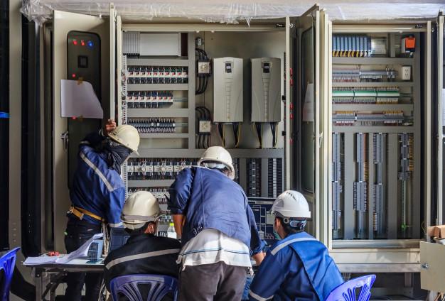 ingeniero-que-trabaja-equipos-verificacion-mantenimiento-cableado-gabinete-plc_29285-1084